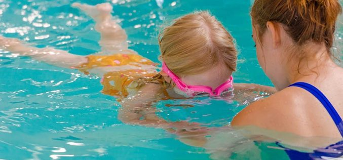 4 Things to Consider Before Signing Up Your Kid for Swimming Lessons